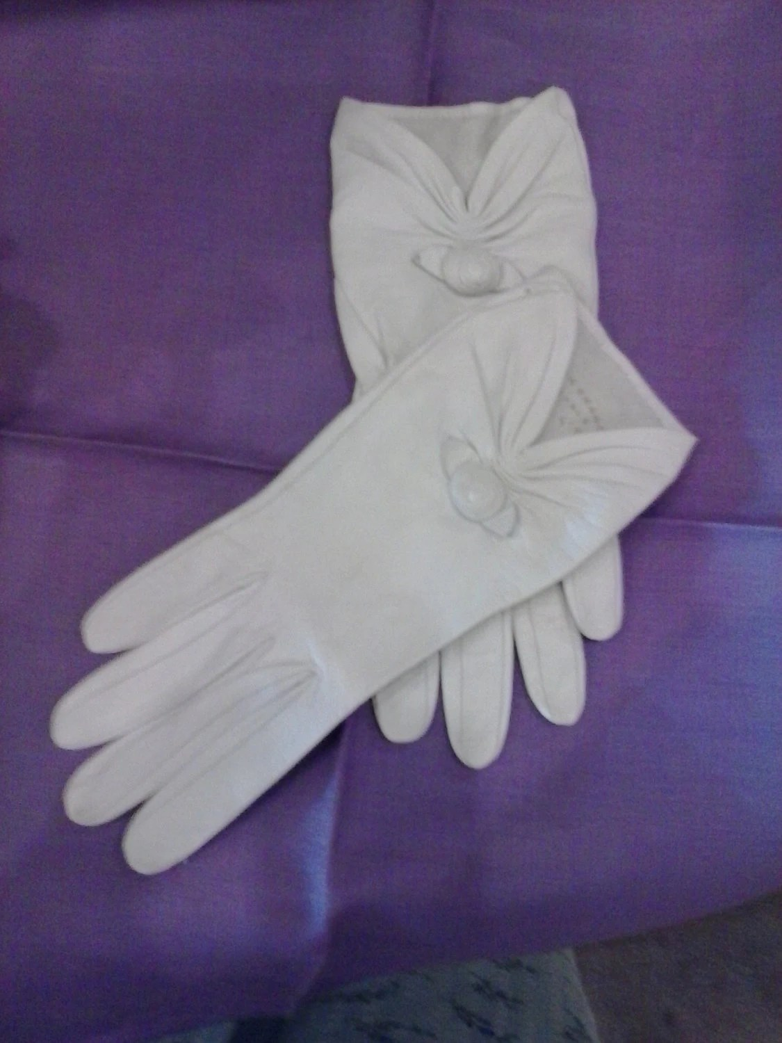 ROSEBUD GLOVES made in France vintage 1950s white leather wrist gloves size 6.5