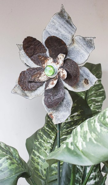 rusty metal flowers garden art Rusty Metal Yard Art Flower Sculpture Garden by
