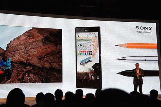 腾讯数码(钱小磊)6月25日,索尼在上海发布了旗下首款超大屏手机xxx,XXX6.4英寸的1080P屏幕最大的卖点在于支持任意笔手写,想必三星NOTE系列备受好评的S-PEN更进一步。同时,该机也是市场上首款采用高通骁龙800芯片(2.2GHz四核)的智能手机,硬件处理能力值得期待。