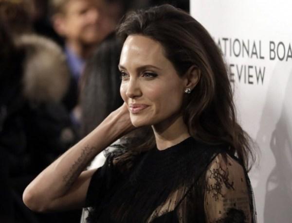 Анджелина Джоли с дочерьми Шайло и Захарой на премии ...