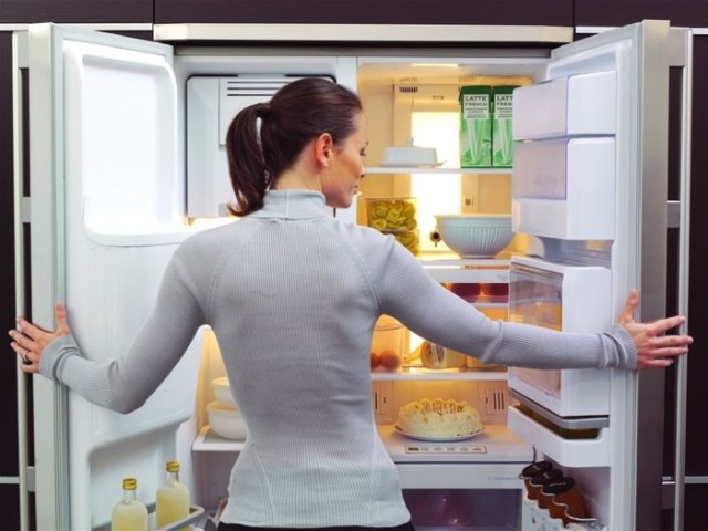 Как избавиться от запаха в холодильнике