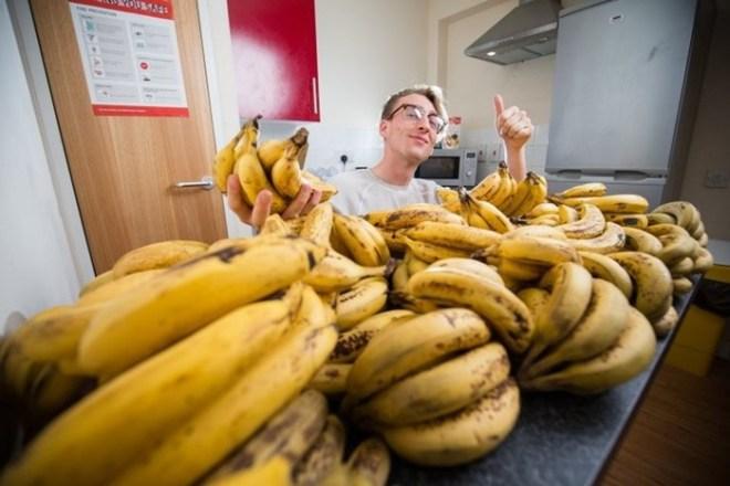 Диета этого студента   150 бананов в неделю!