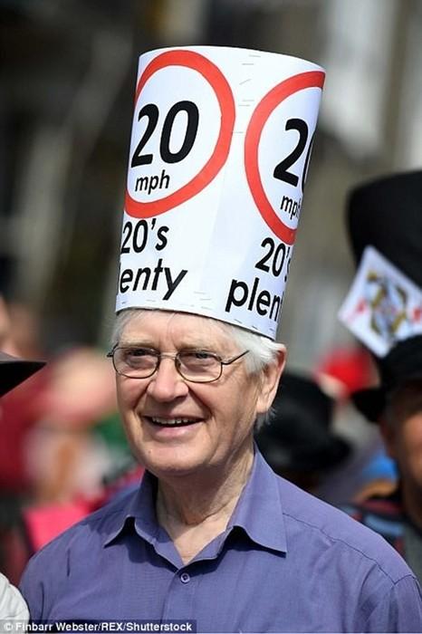 Фестиваль причудливых шляп в Англии