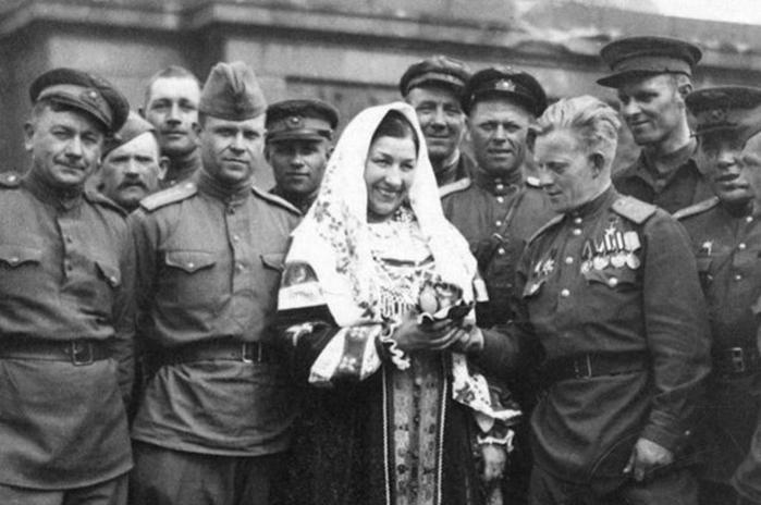 Что связывало маршала Жукова и певицу Русланову