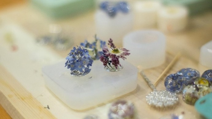 Как сделать украшения из смолы с цветами. Процесс создания на фотографиях