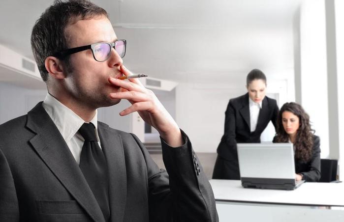 Некурящим россиянам предложили сократить рабочую неделю