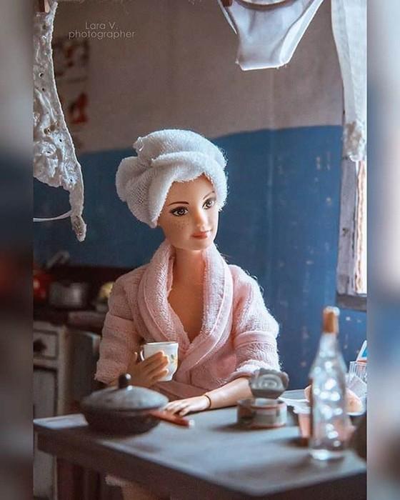 Фотографии: куклы Кен и Барби в советской коммуналке
