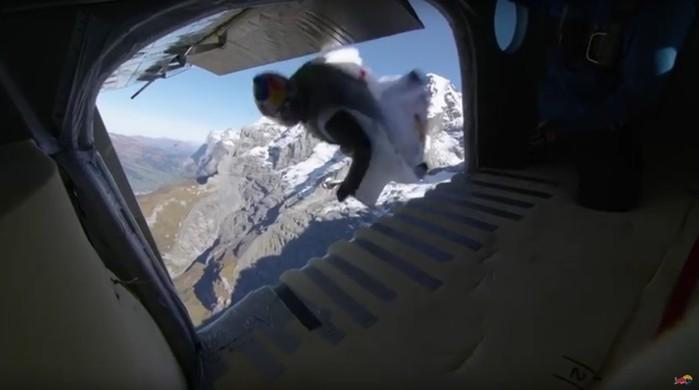 Французские бейсджамперы прыгнули с 4000 метровой высоты и влетели в самолет