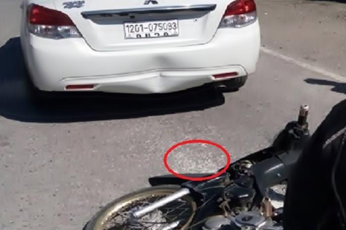 Когда мотоцикл въехал в машину, водитель взорвался от злости. Но потом посмотрел на асфальт и заплакал