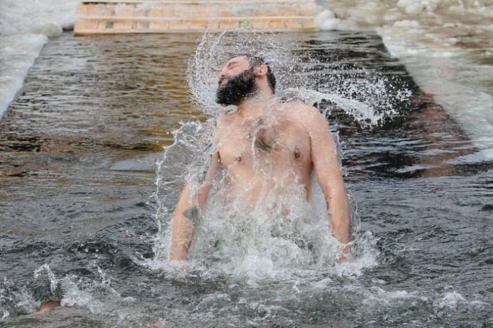 Правила подготовки к купанию в проруби на Крещение