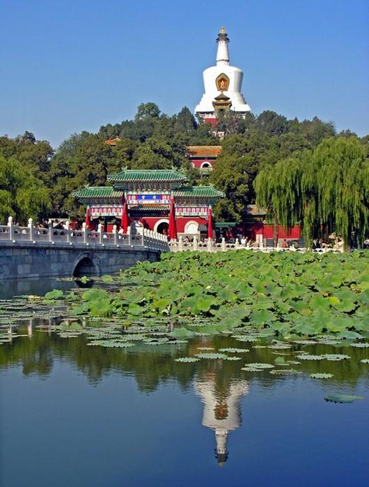 Красивый парк Бэйхай— тихое место в шумном Пекине