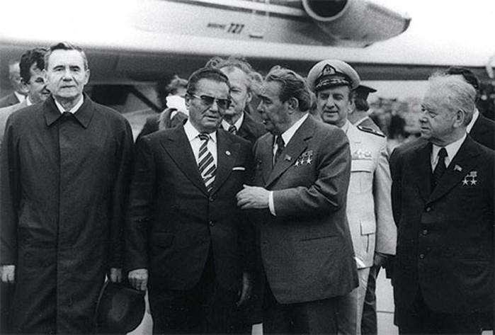 10 фактов, как Брежнев насиловал людей своими поцелуями