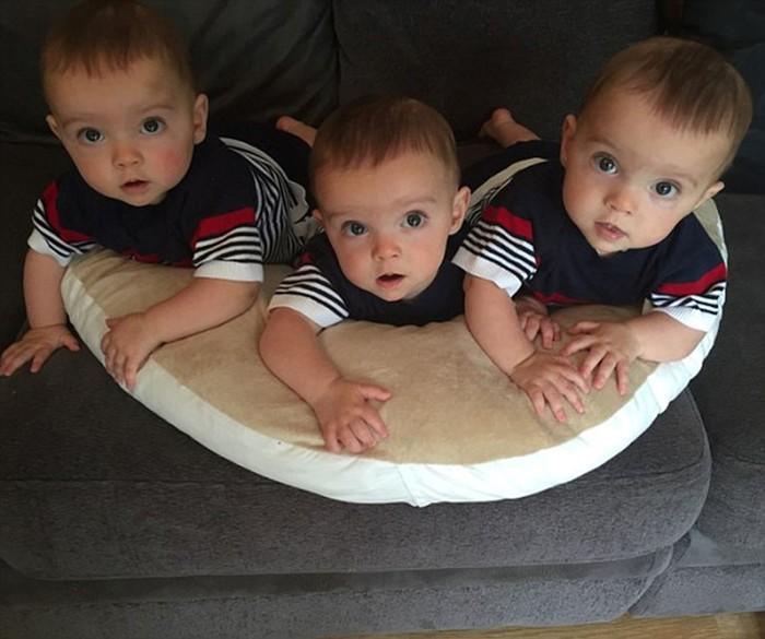 Идентичные британские тройняшки, которых различает только родная мать