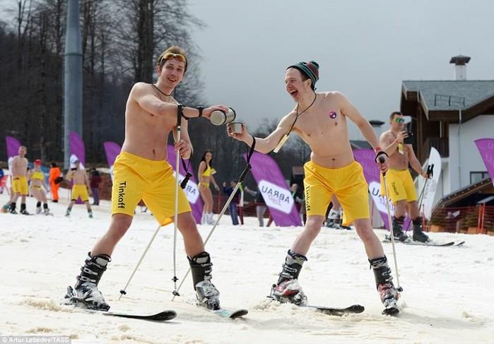 Почти 2 тысяч человек в Сочи установили рекорд «голого» спуска с горы