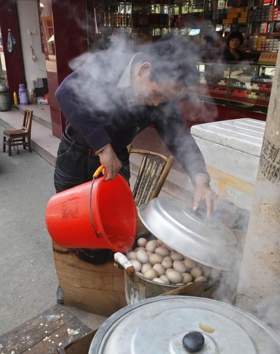 Яйца, сваренные в моче девственников: как готовят китайские деликатесы