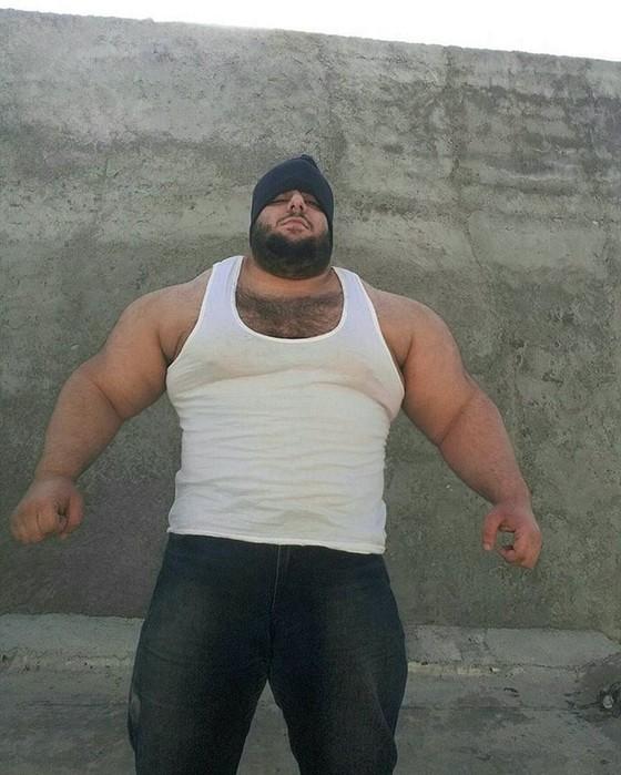 Иранский Халк весит 155 килограммов