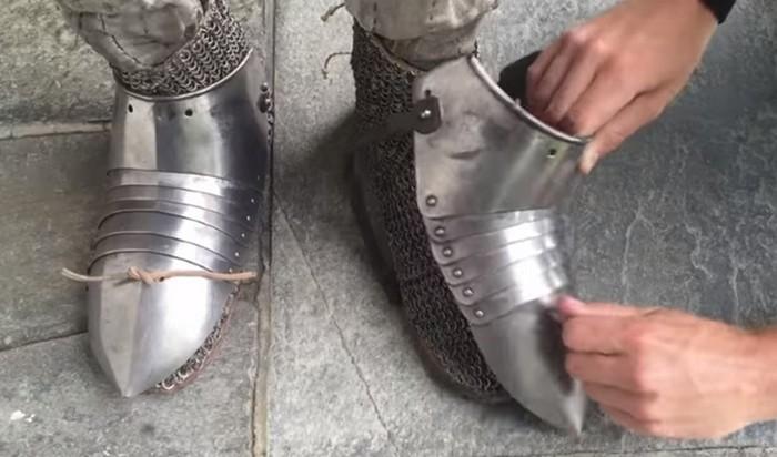 Как одевали в доспехи рыцаря Средневековья: видео