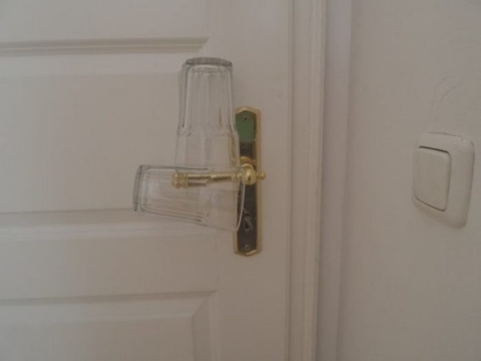 Обычный стакан поможет уберечься от воров в гостиничном номере!