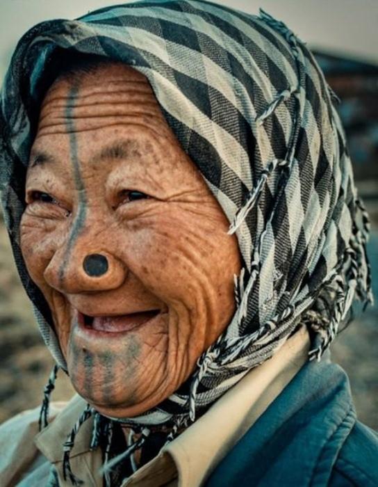 Зачем женщины народа апатани носят втулки в носу