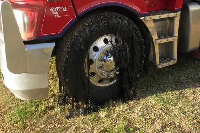 Расплавившийся от жары асфальт расстроил, но обогатил водителей
