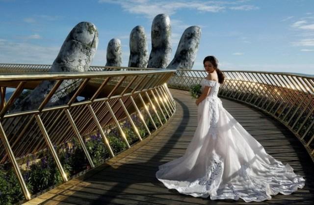 Золотой мост во Вьетнаме удерживают две огромные руки
