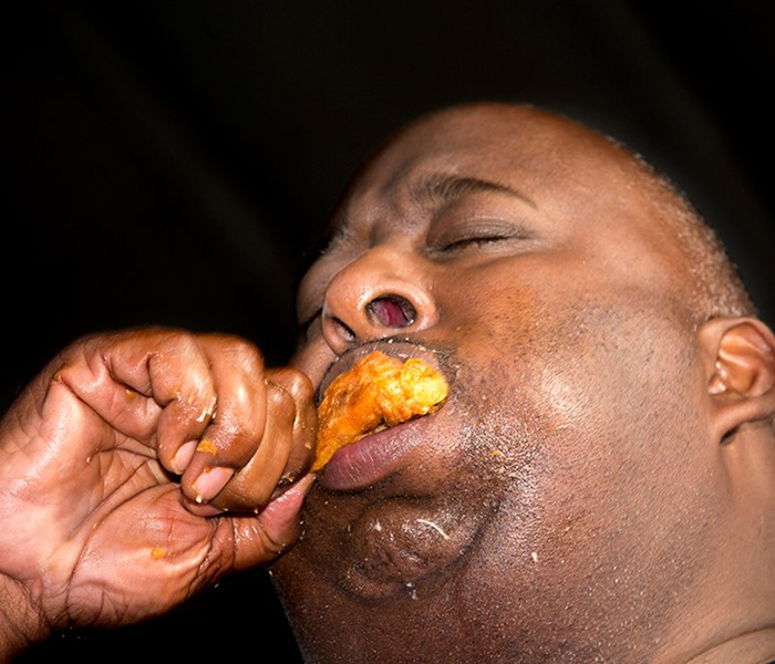 Праздник обжорства: как поглощают куриные крылышки тоннами на фестивале в Нью Йорке