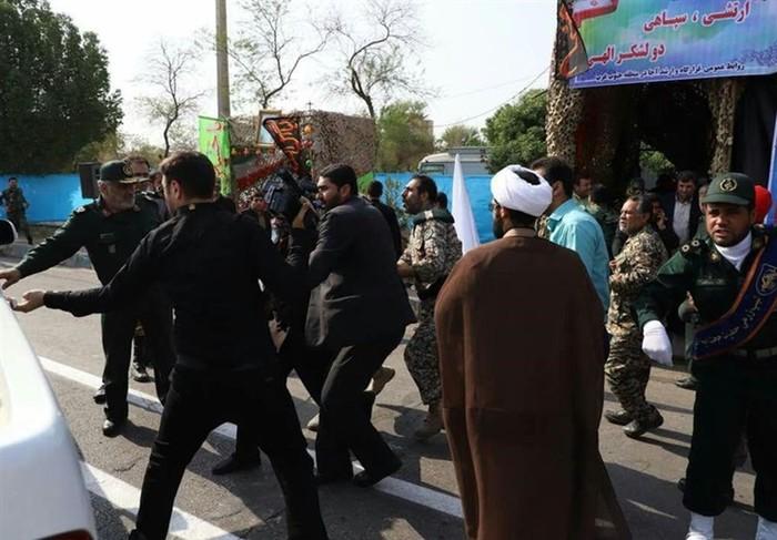 Вооруженные боевики напали на военный парад и убили 10 людей