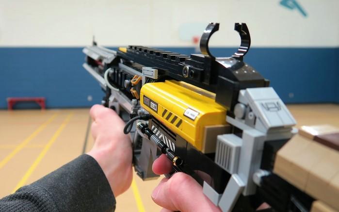 Прикольное, но очень опасное оружие из Лего