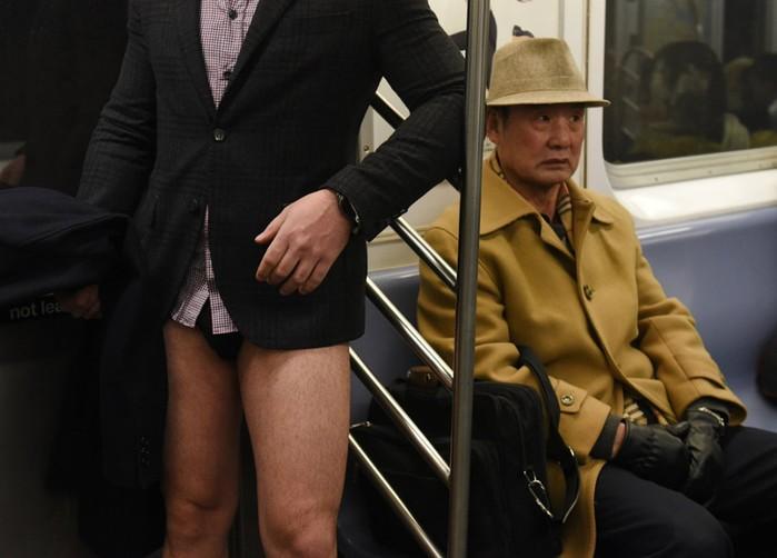 Очередной флешмоб «В метро без штанов» в разных городах