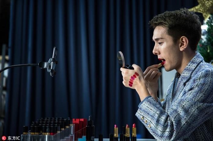 Китайский блогер заработал 1,5 млн долларов, тестируя губную помаду в течение года