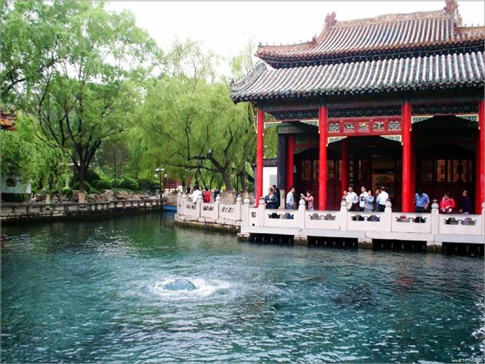Знаменитый источник Баоту в городе Цзинань, Китай