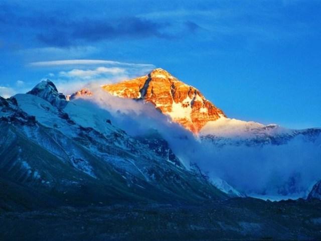 Гора Джомолунгма. Высокая и неприступная вершина Гималаев