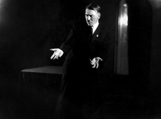 Как Гитлер готовился к выступлениям: редкие портреты диктатора от Генриха Гофмана