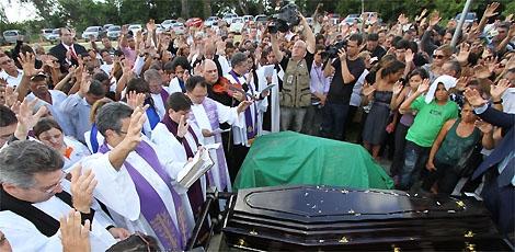 Milhares de fiéis compareceram ao enterro