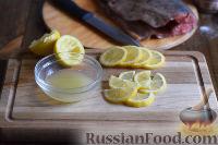 Skala rosa lax från skalor. Ta bort gälar, fenor och inälvor och skölj sedan väl. Smörj fisken med vegetabilisk olja och gnugga med salt, en blandning av paprika och fiskkryddor. Skär löken i halva ringar, vitlök i skivor, citronen i cirklar. Lägg två eller tre muggar citron inuti fisken, lägg resten på ett ark folie. Fyll också den rosa laxen med lök, vitlök och kvistar av örter. Lägg fisken ovanpå citronskivorna och linda i folie. Baka i en förvärmd ugn till 180 grader i cirka 20 minuter. Fäll sedan ut folien och baka i ytterligare 10 minuter tills fisken är gyllenbrun.