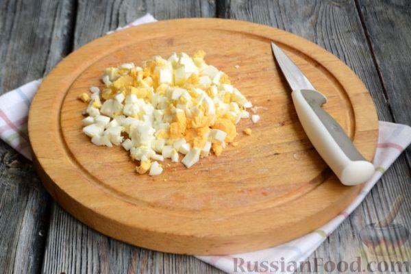 Рецепт: Салат с курицей, огурцами, сыром сулугуни и яйцами ...