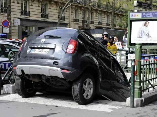get5a - Conductor confunde escaleras de metro con aparcamiento