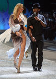 Victoria's Secret Angel Karolina Kurkova walks the runaway during the 2008 Victoria's Secret Fashion Show at the Fontainebleau on November 15, 2008 in Miami Beach, Florida - Hot Celebs Home