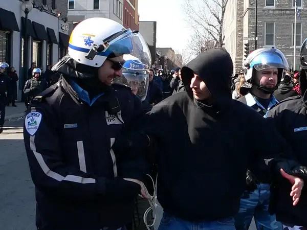 Un policier avec un sourire baveux.