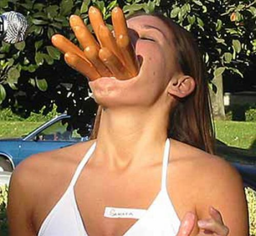 girlseatinghotdogs22 - Julio mes de los Hot Dogs celébralo con estas fotos de Chicas comiendo perritos calientes