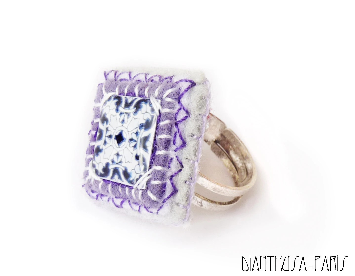 Square ring with Mediterranean tile in white, purple and blue tones - Dianthusa