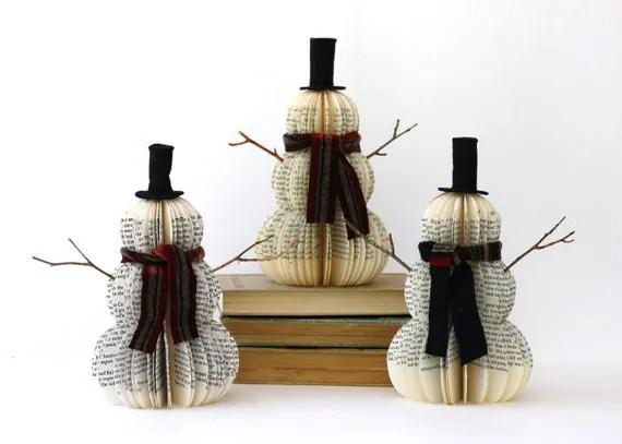 Muñecos de nieve hechos con páginas de libro viejo