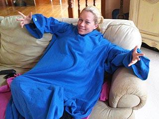 Kendra Wilkinson Loves Her Big Blue Snuggie! | Kendra Wilkinson