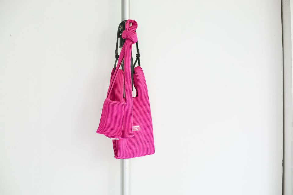 LAST FRAME フラップバッグ ピンク x バーガンディの写真