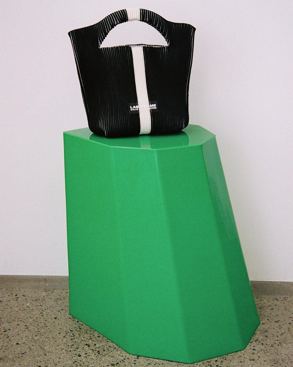 LAST FRAME リブトートバッグ ブラック x アイボリーの写真