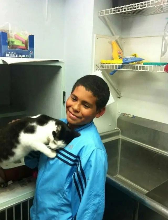 ninosalvagato - Un niño de 10 años salva a un gato de unos niños que lo estaban maltratando