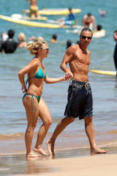Britney Spears in bikini with pokies on the beach in Maui - Hot Celebs Home