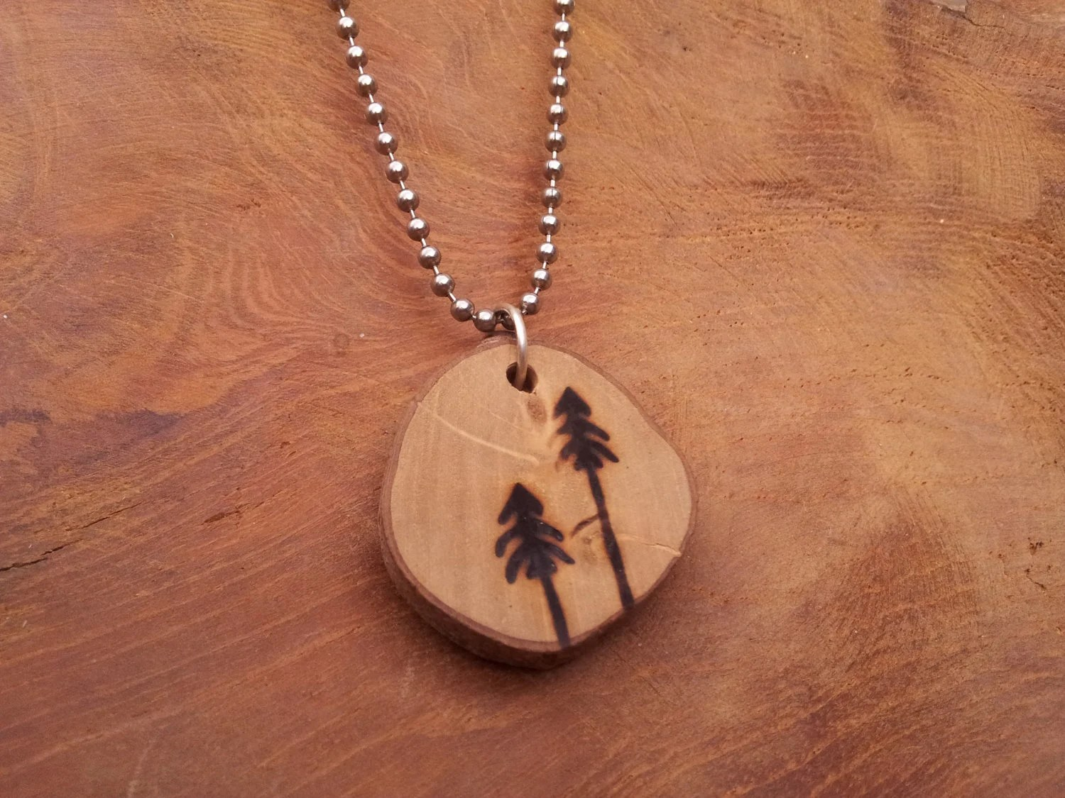 Pine trees - Autumn inspired wood burned pendant - GoudsmederijHerfst