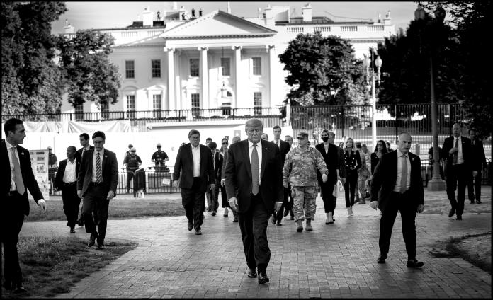 Donald Trump sale de la Casa Blanca. Doug Mills.