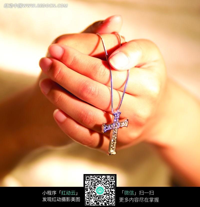 手握銀色十字架圖片免費下載_紅動網
